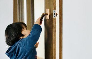 ドアを開ける子供