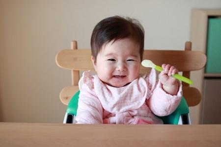 赤ちゃんとスプーン