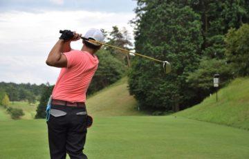 男性ゴルファーの後ろ姿