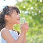 美味しそうに水を飲んでいる女の子